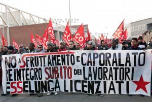 Corteo dei lavoratori Esselunga contro il caporalato e il licenziamenti a Pioltello 10/12/2011